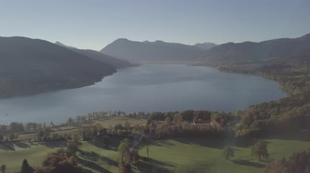 Бавария : 4k Panoramic drone flight from North Part of the Lake Tegernsee. The lake is one of the cleanest lakes in Bavaria and is a popular tourist destination.
