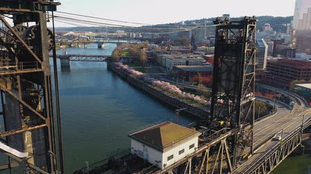 посетитель : Aerial footage flying over the Steel Bridge towards the Cherry blossom trees at the Waterfront in downtown Portland, Oregon. Стоковые видеозаписи
