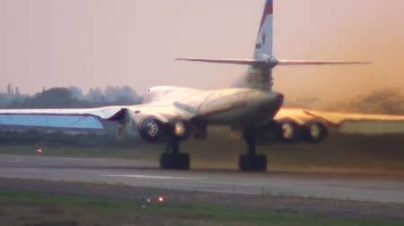 pist : The Tu-160 ignites the afterburners and begins to run Stok Video