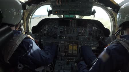 pilótafülke : Two pilots in the cockpit