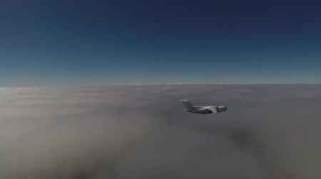 petroleiro : Tanker Il-78 soars above the clouds