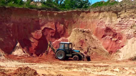 minério : Tractor in a sand quarry Vídeos