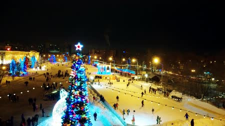 díszített : Skating rink near the Christmas tree Stock mozgókép