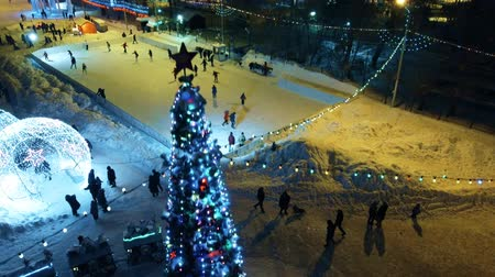 firecrackers : Children at the rink at the Christmas tree