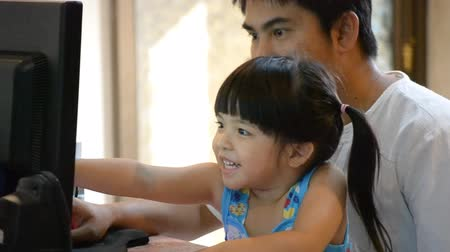 otec : asian father teach cute daughter use computer Dostupné videozáznamy