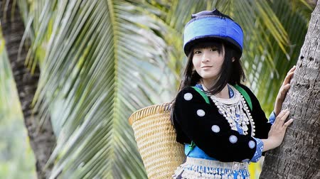 délkelet Ázsia : cute  asian young girl in beautiful hill tribe (HMONG) costume of northern thailand