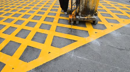 смещение : labor use small machine paint line on road