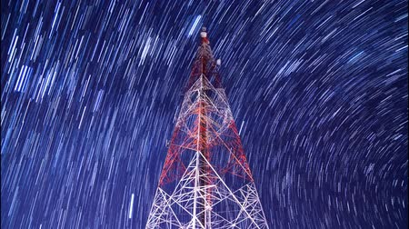 telecomunicação : time lapse big communication tower and beautiful startrail in the night sky Vídeos