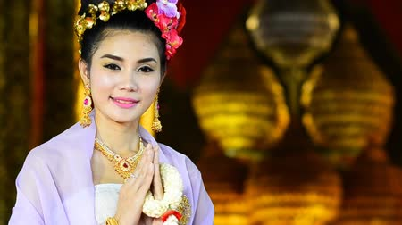 olá : Thai Woman Salute Of Respect In Traditional Costume Of Thailand Stock Footage