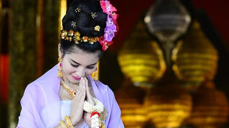 традиционный : Thai Woman Salute Of Respect In Traditional Costume Of Thailand Стоковые видеозаписи