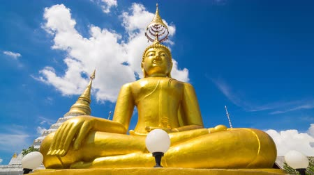 budismo : Time Lapse Gold Buddha Statue In Wat Chiang Yeun Temple Of Chiang Mai, Thailand And Beautiful Sky