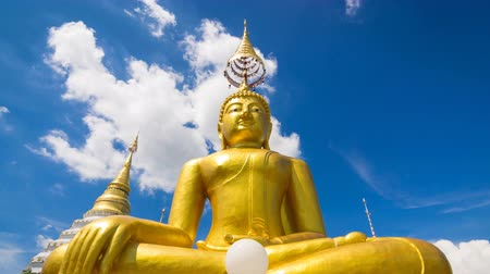 budist : Time Lapse Gold Buddha Statue In Wat Chiang Yeun Temple Of Chiang Mai, Thailand And Beautiful Sky