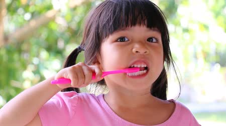 dişçi : Cute Asian Girl Brushing Teeth (No Toothpaste) Stok Video