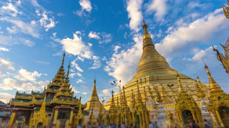 şaşırtıcı : Time Lapse Beautiful Golden Shwedagon Pagoda Of Yangon Myanmar (tilt up) Stok Video