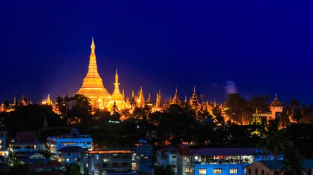 пагода : Shwedagon Golden Pagoda Outstanding Above Yangon Cityscape Day To Night Time Lapse Of Yangon City Myanmar (pan right) Стоковые видеозаписи