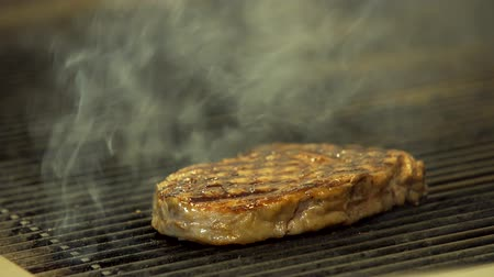 bife : Sizzling steak on the grill in 4K Stock Footage