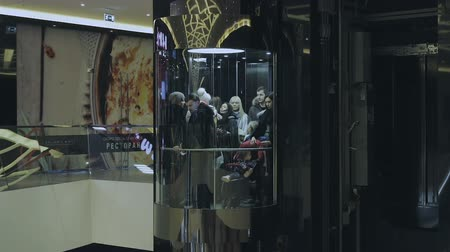 лифт : People go on the elevator at the mall