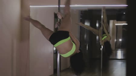 kutuplar : Girl dancing on a pole, dancer, fitness and sport Stok Video