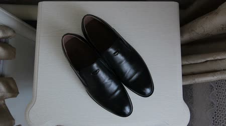 cipőfűző : Black shoes stand on the floor