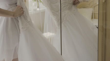 traje de passeio : Fluffy wedding dress on a hanger in hotel room. Wedding morning. Stock Footage