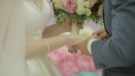 çiçekler : Wedding rings on the hand of young people