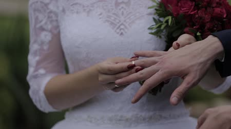 новобрачный : Wedding rings on the hand of young people
