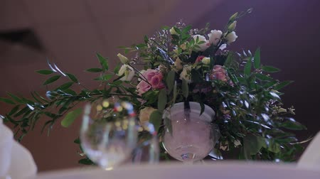 официант : Served table with fresh flowers and cutlery Стоковые видеозаписи