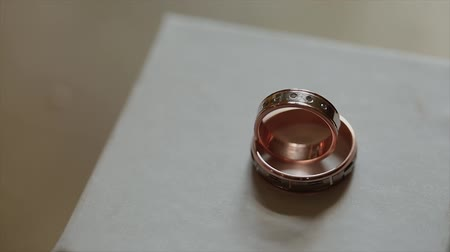 новобрачный : Wedding rings on a homogeneous background Стоковые видеозаписи