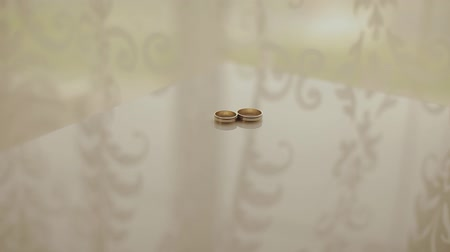 новобрачный : Wedding rings on a cushion for rings