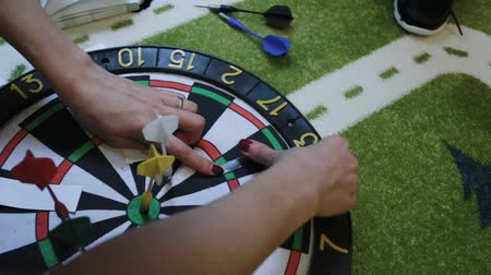 tiro com arco : Girl glues paper on a dart board Stock Footage