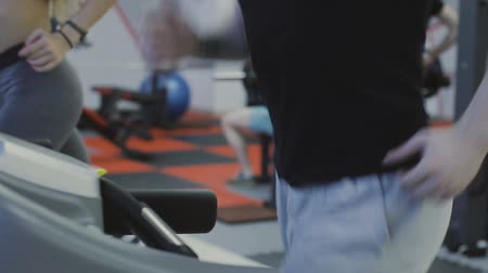 atlet : A man is practicing on a treadmill in a fitness club. Stok Video