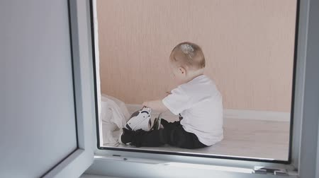 narozený : A small child walks around the apartment while parents do not see. Family at home