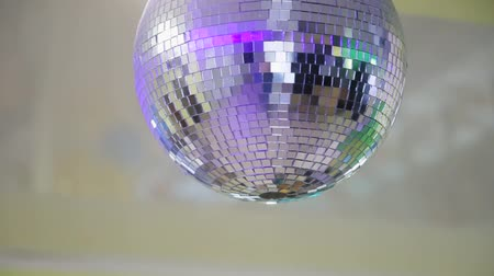 enfeite de natal : Mirror club ball with light reflections and camera movement.