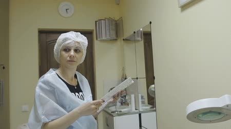 rejuvenescimento : The cosmetology clinic instructs the client before the procedure Stock Footage