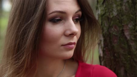 motyl : A very beautiful and fashionable woman in a red dress walks through the forest. Wideo
