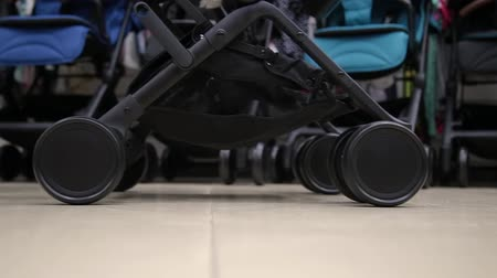 ângulos : Details of a baby stroller in a close-up shop.