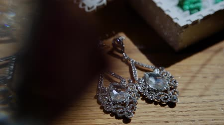 bijouterie : Luxury. Sophisticated Woman with Pearly Earrings with Diamonds.
