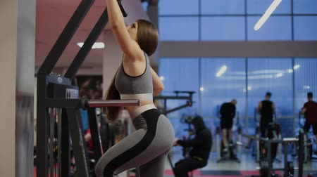 puxar : Very beautiful fitness woman exercising gravitron gym. Vídeos