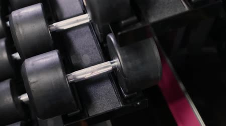 vzpírání : Set, a rack of dumbbells of different sizen for training, close-up.