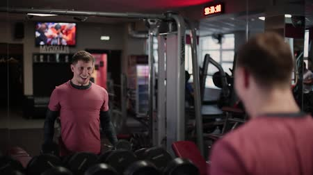 усилие : Handsome sporty man training dumbbell biceps in the gym.