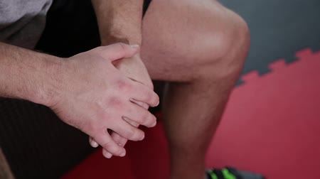 meia idade : Hands tired after workout in the gym athlete.