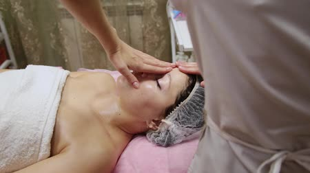 masszőr : Spa woman facial Massage. Face Massage in beauty spa salon. Female enjoying relaxing face massage in cosmetology spa centre. Body care, skin care, wellness, beauty treatment.