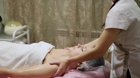 terapeuta : Spa woman facial Massage. Face Massage in beauty spa salon. Female enjoying relaxing face massage in cosmetology spa centre. Body care, skin care, wellness, beauty treatment.