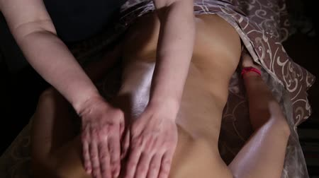 terapeuta : Very beautiful girl gets a back massage in the spa salon.