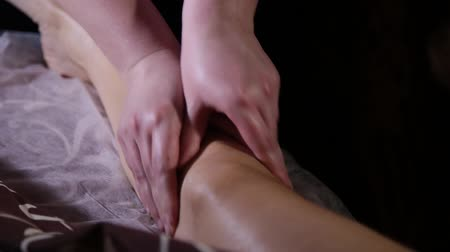 reflexologia : Very beautiful girl gets a foot massage in the spa salon. Archivo de Video
