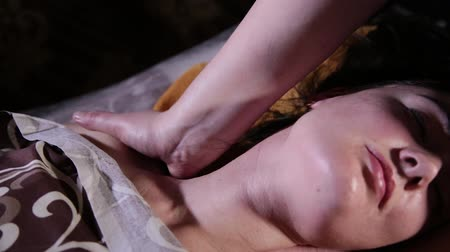 голова и плечи : Very beautiful girl gets a neck massage in the spa salon. Стоковые видеозаписи