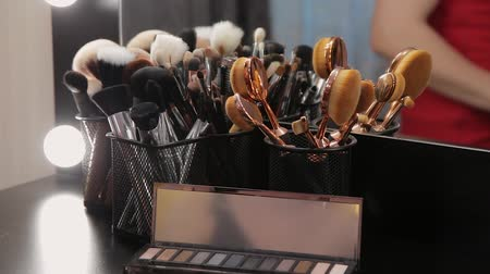 aplikatör : Set of brushes for make-up on table in dressing room. Fashion industry. Fashion show backstage.