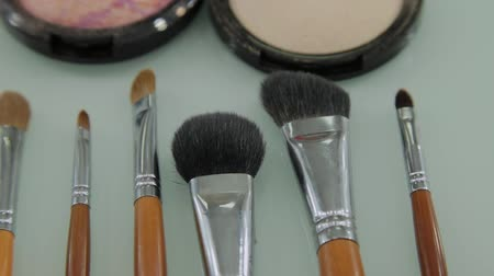 aplikatör : Set of brushes for make-up on table in dressing room. Fashion industry. Fashion show backstage