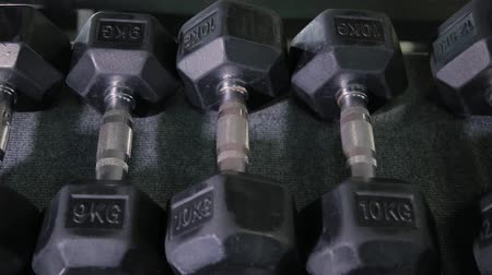 súlyzó : Set, a rack of dumbbells of different sizen for training, close-up.
