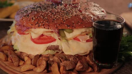 fries : Huge delicious burger with potatoes and fizzy drink. Stock Footage